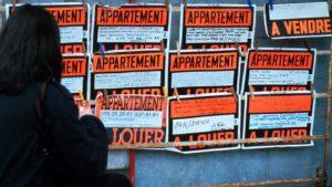 Image d'un panneau avec affiches d'appartements à louer