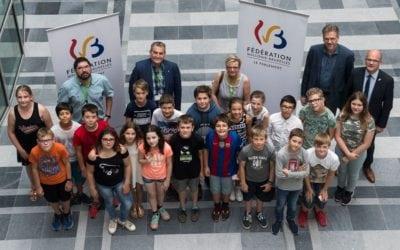Parlement des enfants: Stéphane Hazée félicite la classe de 6ème primaire de l'école des Deux Châtaigniers à Sombreffe