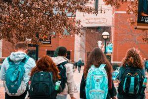 Photo représentant des étudiants dans une ville étudiante