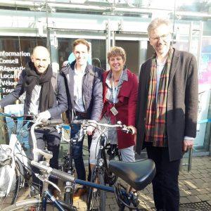 Photo de 4 députés Ecolo à vélo lors de l'action du Gracq: Manu Disabato, Rodrigue Demeuse, Valérie Delporte, Stéphane Hazée.